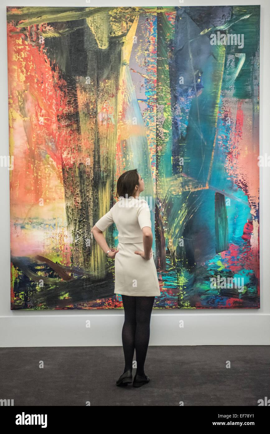 """London, UK. 28. Januar 2015. eine Sotheby's-Mitarbeiter schaut 'Abstraktes Bild""""von Gerhard Richter Stockbild"""