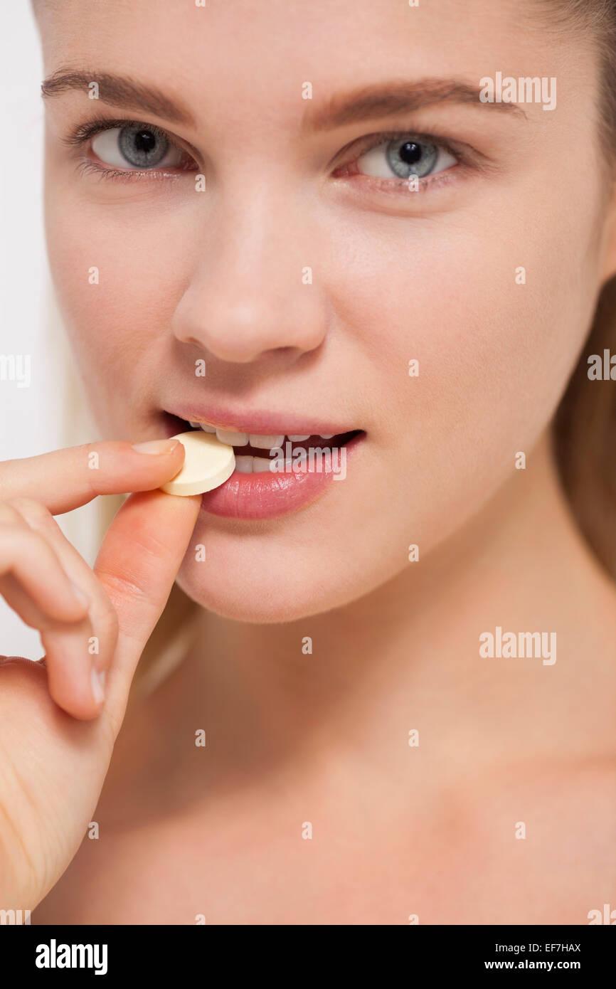 Schöne Frau Einnahme Pille Stockbild