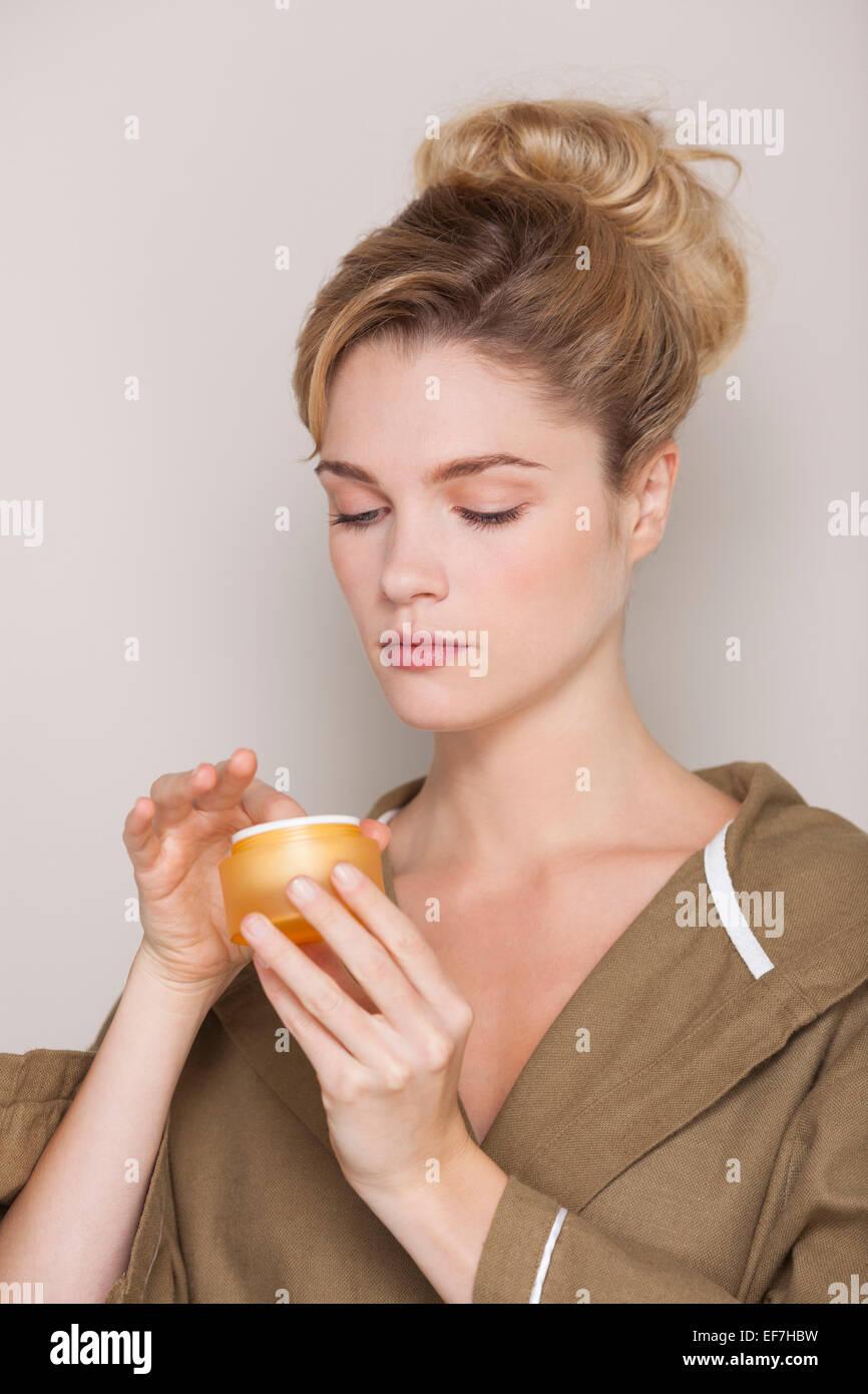 Nahaufnahme einer schönen Frau mit Feuchtigkeitscreme Stockbild