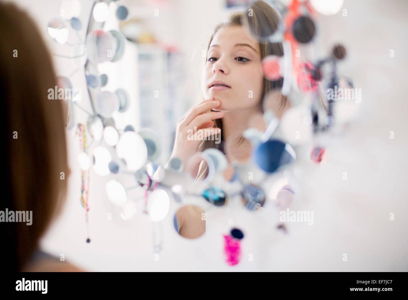 Mädchen im Spiegel Stockbild