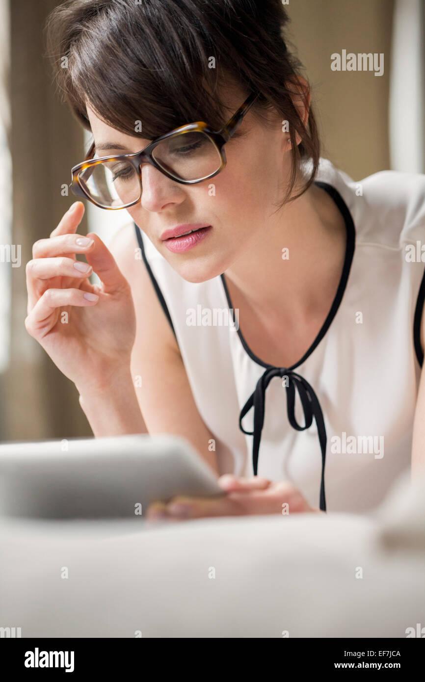 Frau, die mit einem digitalen tablet Stockbild