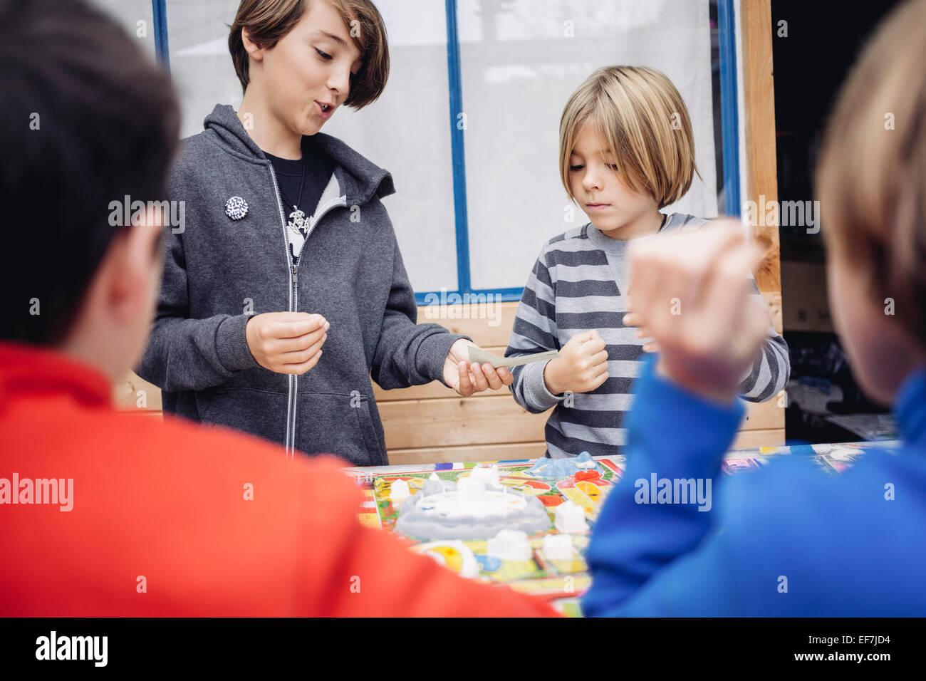 Kinder spielen mit Spielzeug Stockbild