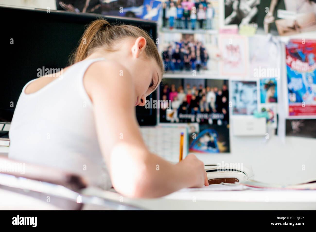 Mädchen lernen zu Hause Stockbild