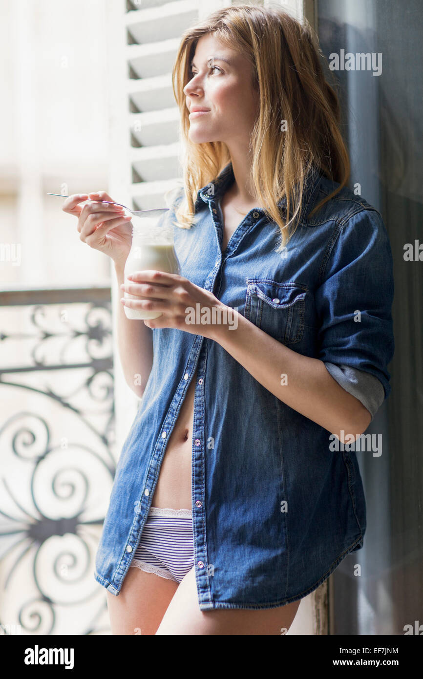 Glückliche Frau Trinkmilch Stockbild