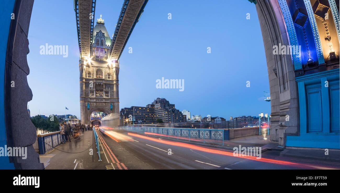 Tower Bridge bei Sonnenuntergang im Herbst, London, Vereinigtes Königreich Stockbild