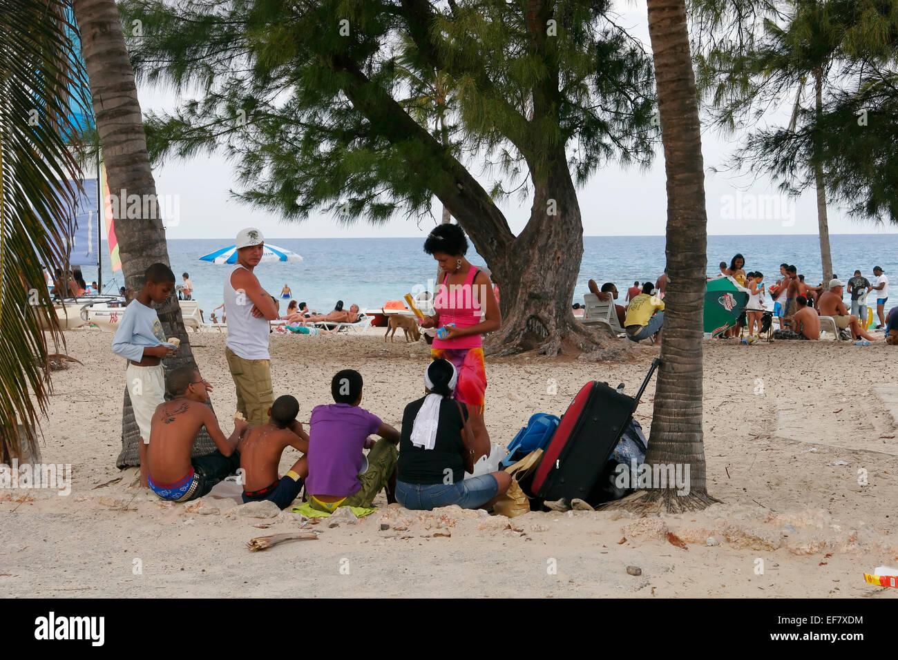 Kubaner entspannend am Strand in Guanabo in der Nähe von Havanna, Kuba Stockbild