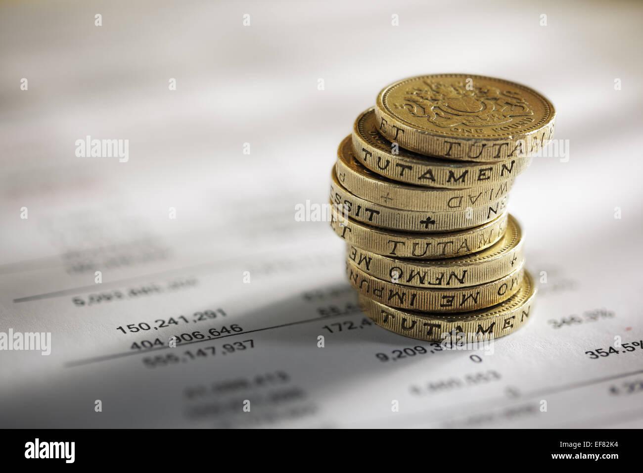 Stapel von Pfund-Münzen auf Finanzzahlen Stockbild