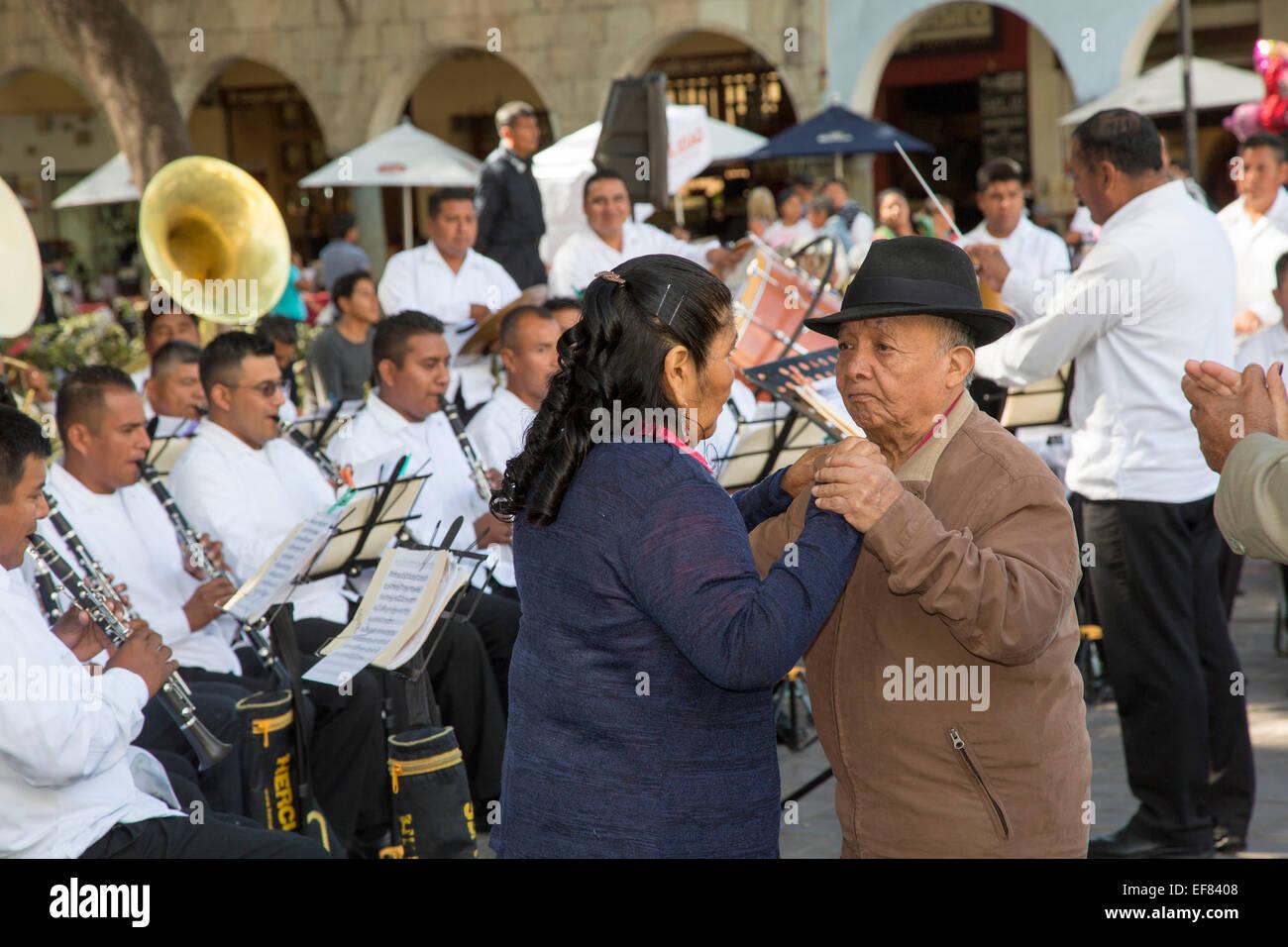 Oaxaca, Mexiko - die wöchentlichen Mittwoch-Tanz auf dem zentralen Platz (Zócalo). Stockbild