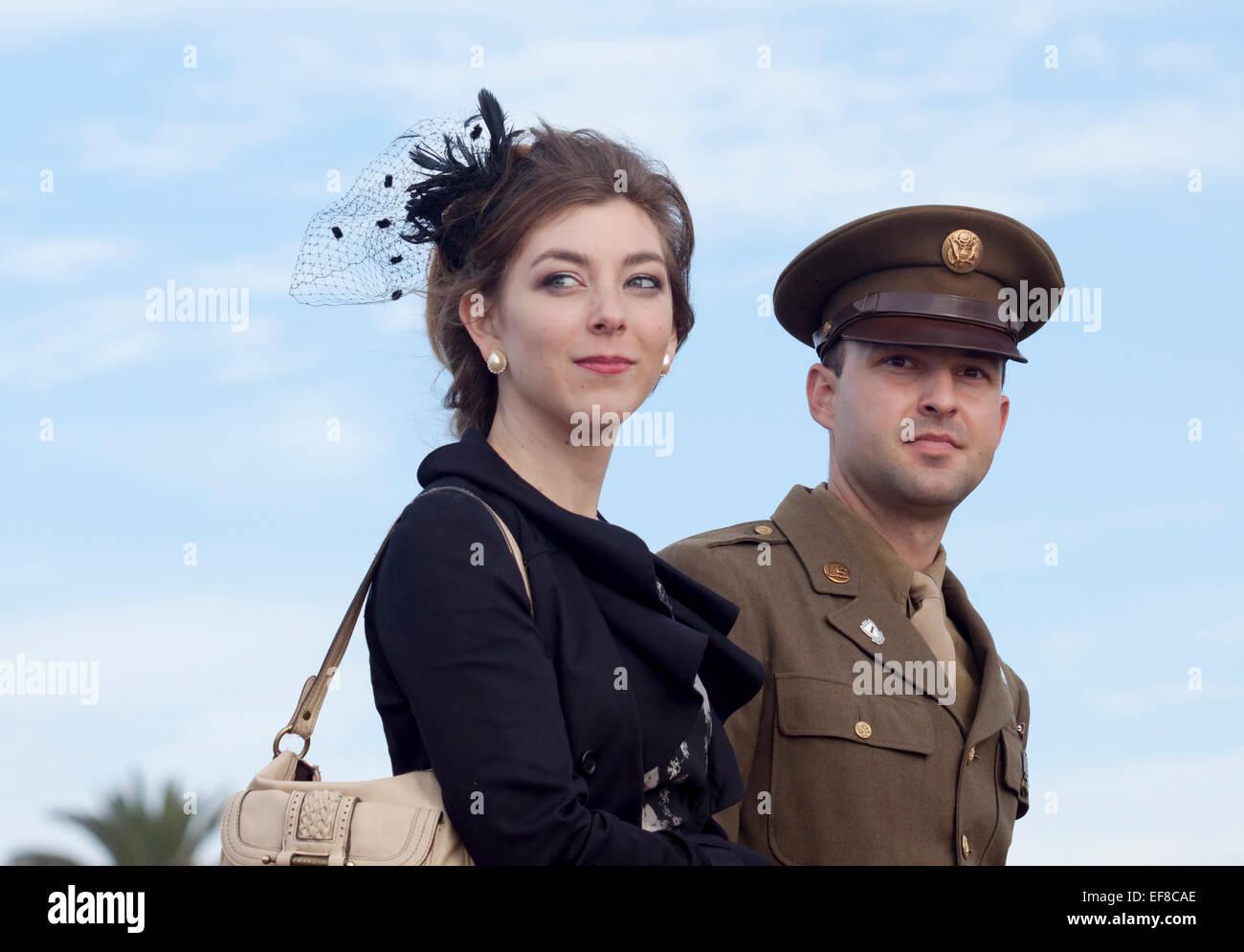 Junges Paar gekleidet 1940er Jahre Stil an die ' Battle of Los Angeles' Nachstellung Stockbild