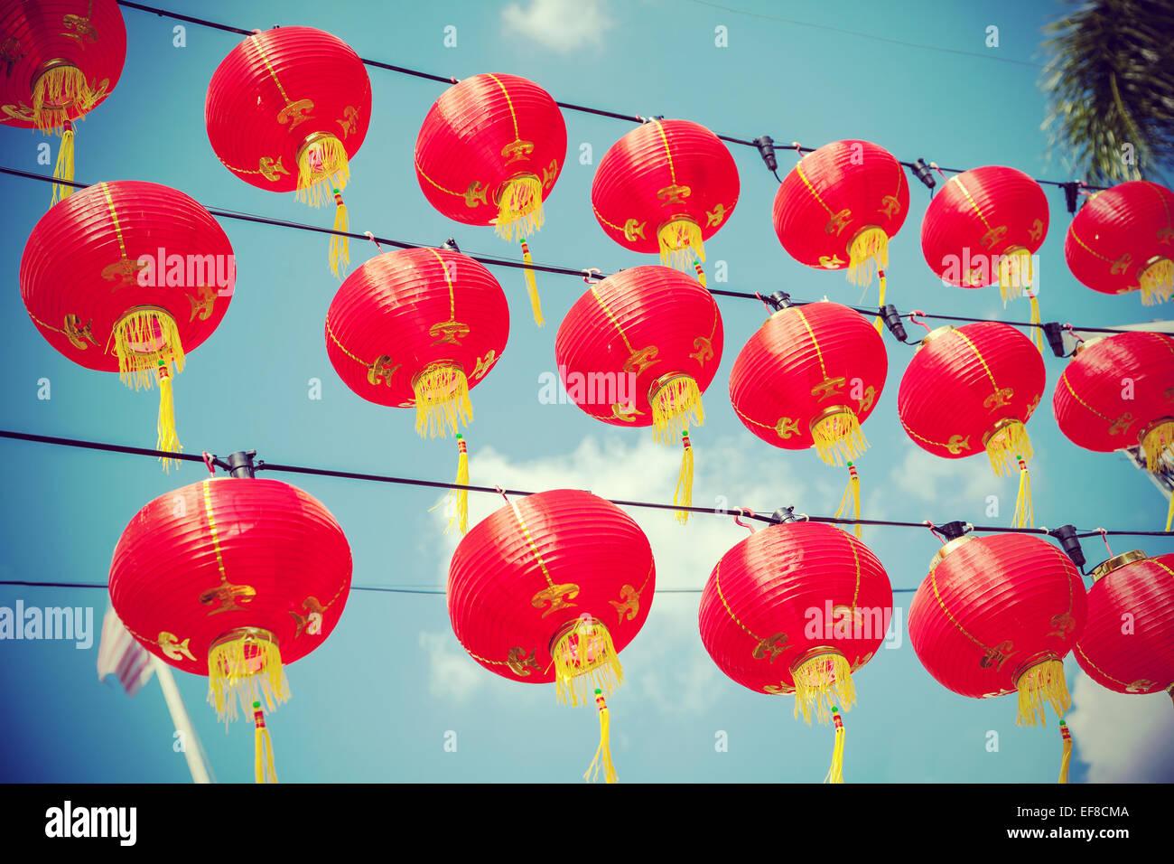 Retro-gefilterte chinesische rote Papierlaternen gegen blauen Himmel. Stockbild