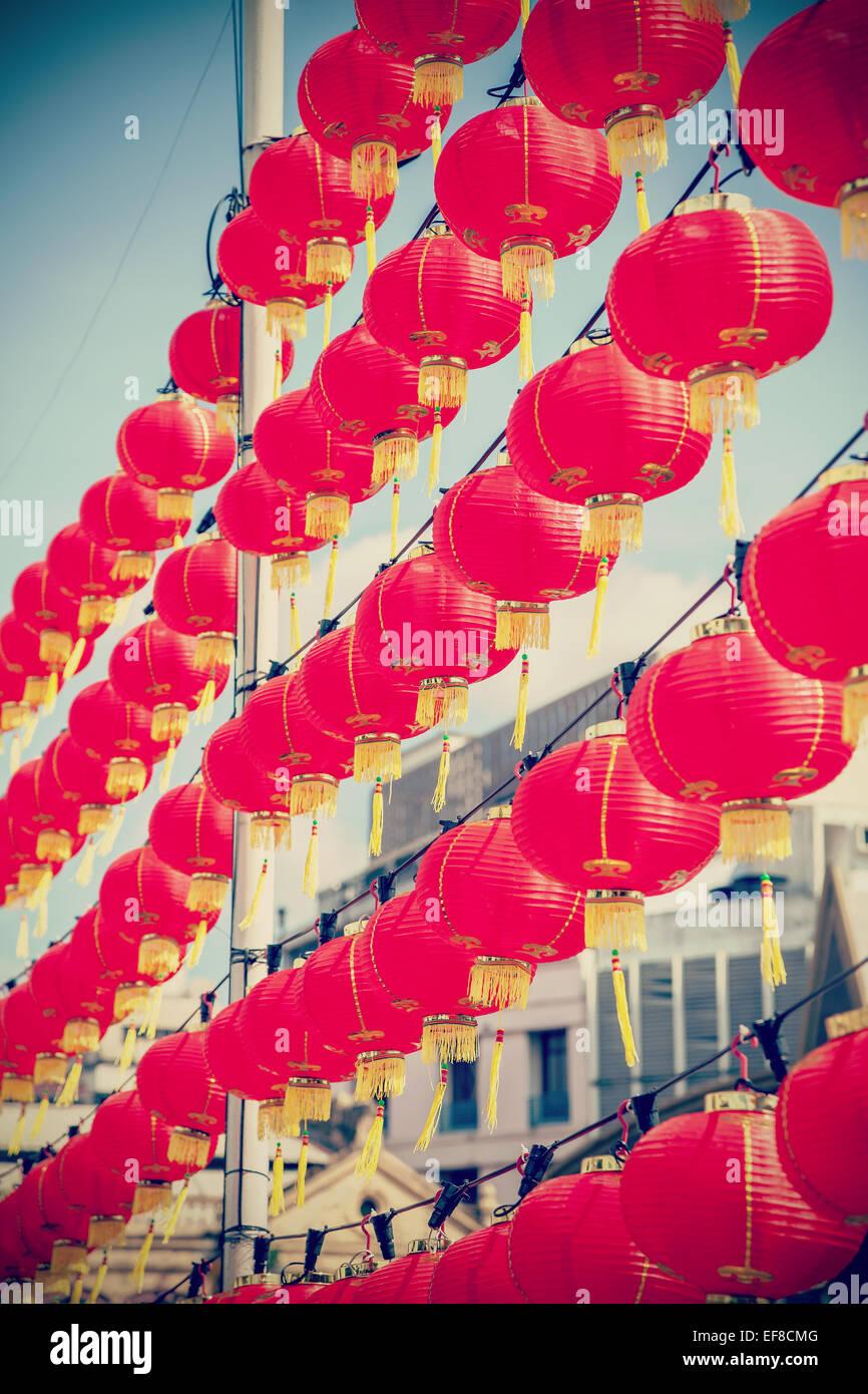 Retro gefiltert chinesische rote Papierlaternen gegen blauen Himmel. Stockbild