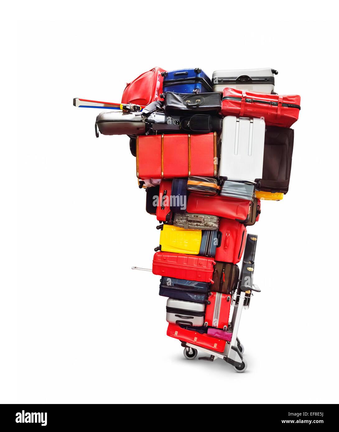 Flughafen Gepäckwagen mit einem riesigen Haufen Gepäck drauf, isoliert gestapelten bunte Koffer auf weißem Stockbild