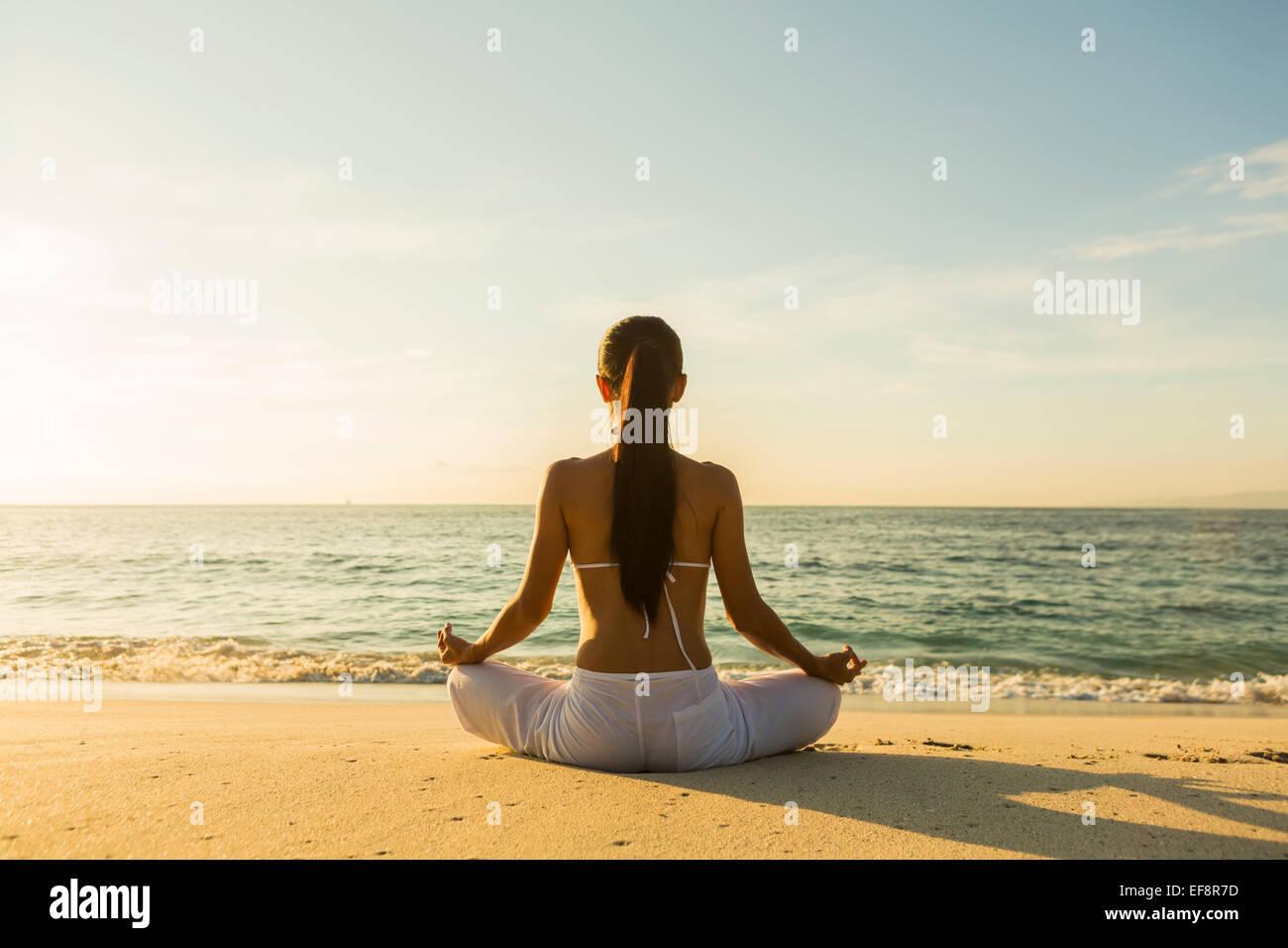 Frau Meditation am Strand Stockbild