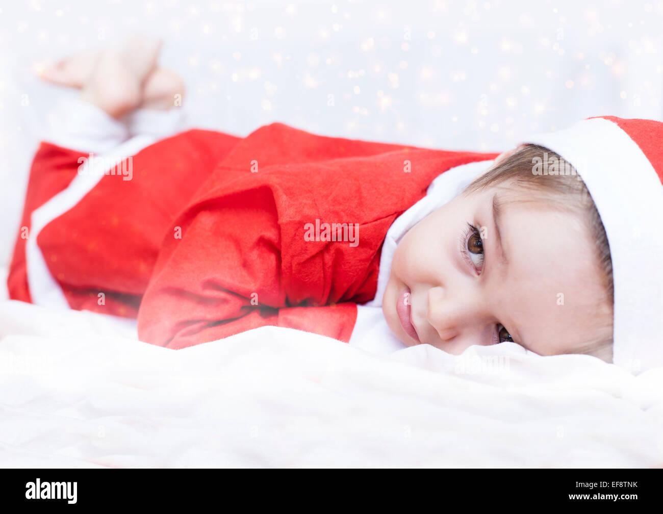 junge verkleidet als weihnachtsmann auf bett liegend stockfoto bild 78256351 alamy. Black Bedroom Furniture Sets. Home Design Ideas