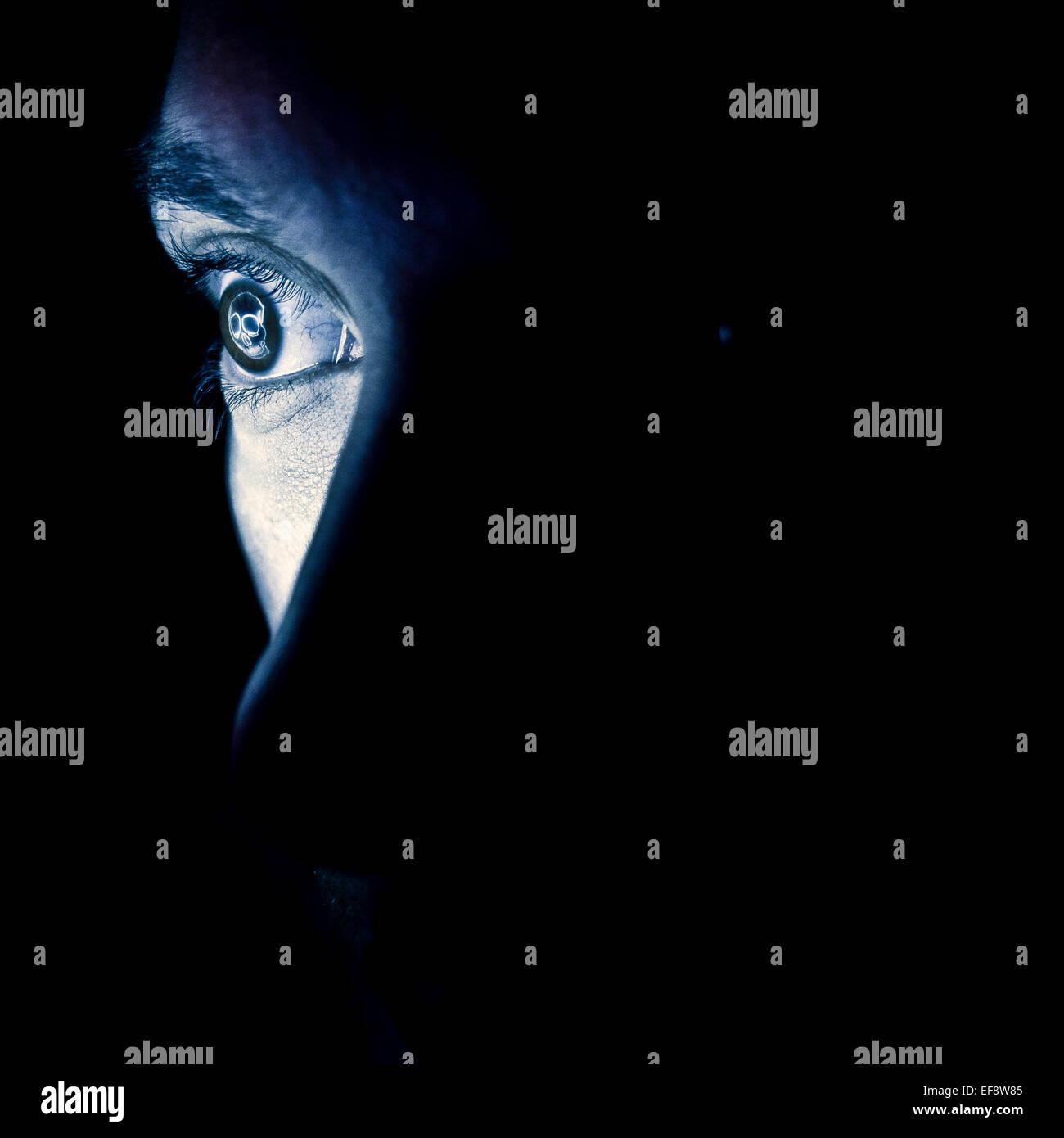 Nahaufnahme des Auges mit Reflexion der Tod symbol Stockbild
