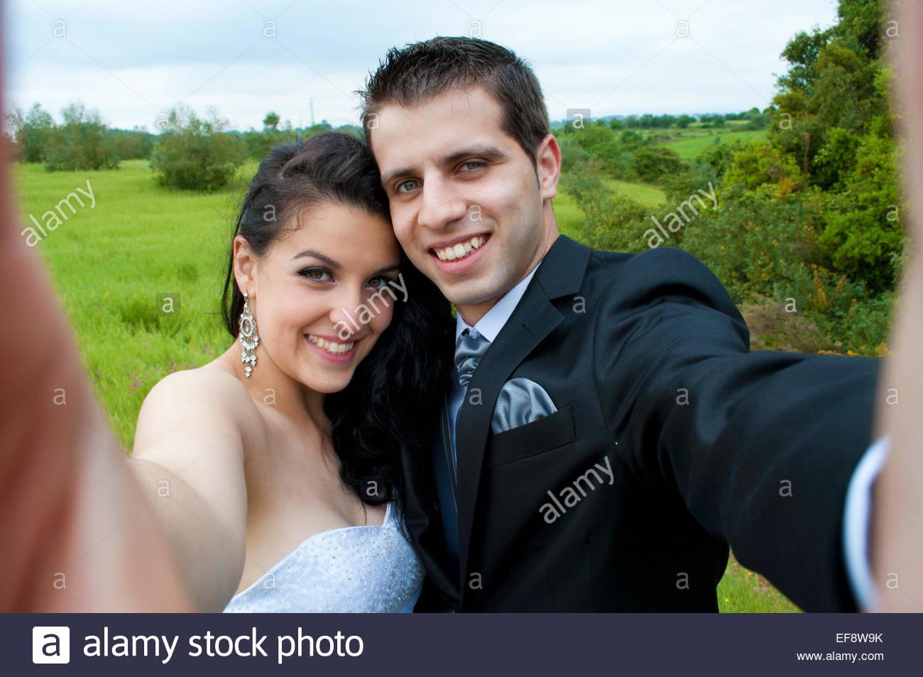 Glückliche Braut und Bräutigam im Freien stehend ein Selfie Stockfoto