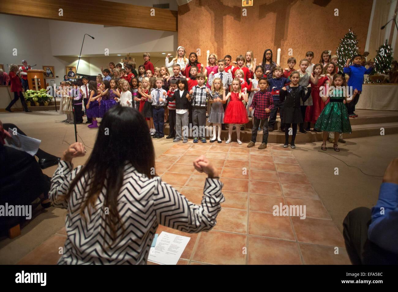 Gemischtrassig junge Kinder singen Weihnachtslieder während der ...