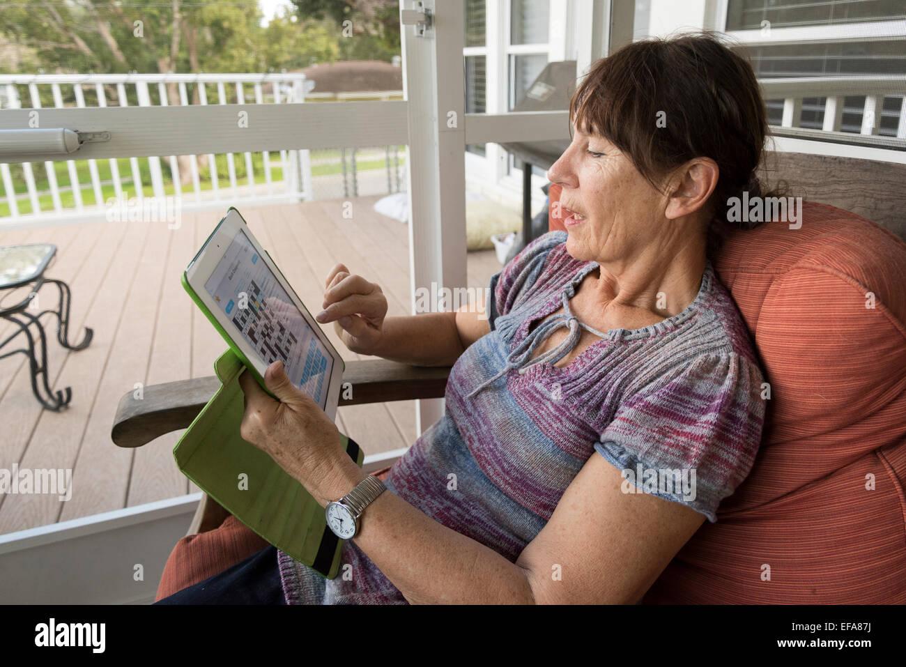 Senioren, die mit dem ipad Stockfoto