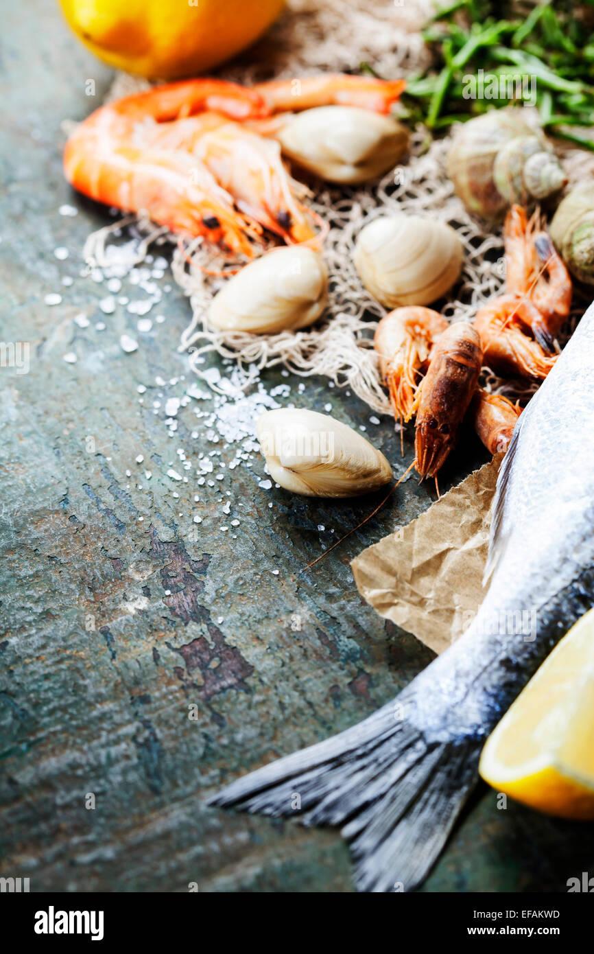 Essen-Hintergrund mit Fisch und Wein. Viele Textfreiraum Stockbild
