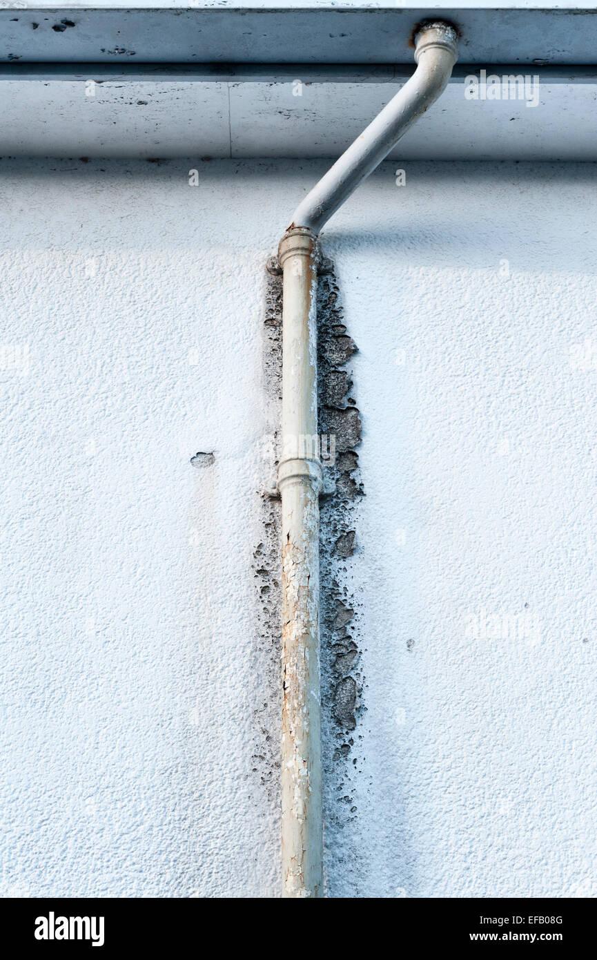 Ein altes korrodiert, gusseiserne Abflußrohr, blockiert und überfüllt, Schäden an einer gerenderten Stockbild