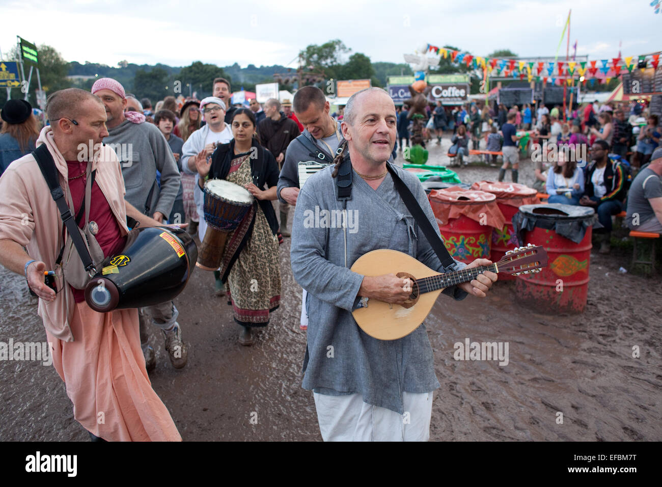 28. Juni 2014. Hare Krishnas Wandern Sie durch das Festival am Samstag Nachmittag. Stockbild