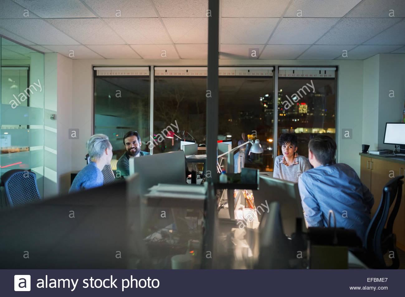 Geschäftsleute, die spät im Büro Stockbild