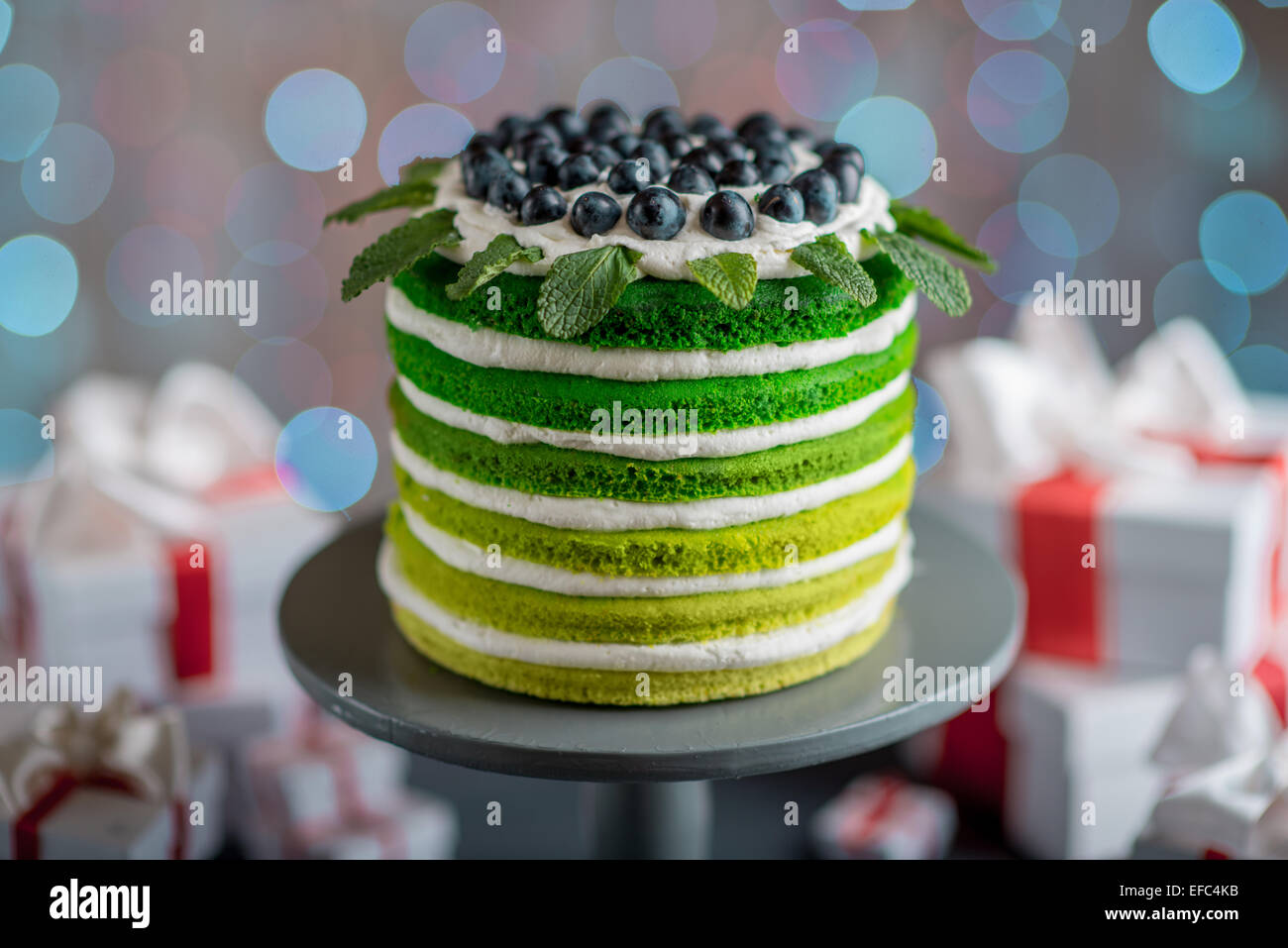 Schön alles Gute zum Geburtstagskuchen mit Mascarpone und Trauben mit auf die Tortenplatte mit Geschenk-Boxen Stockbild