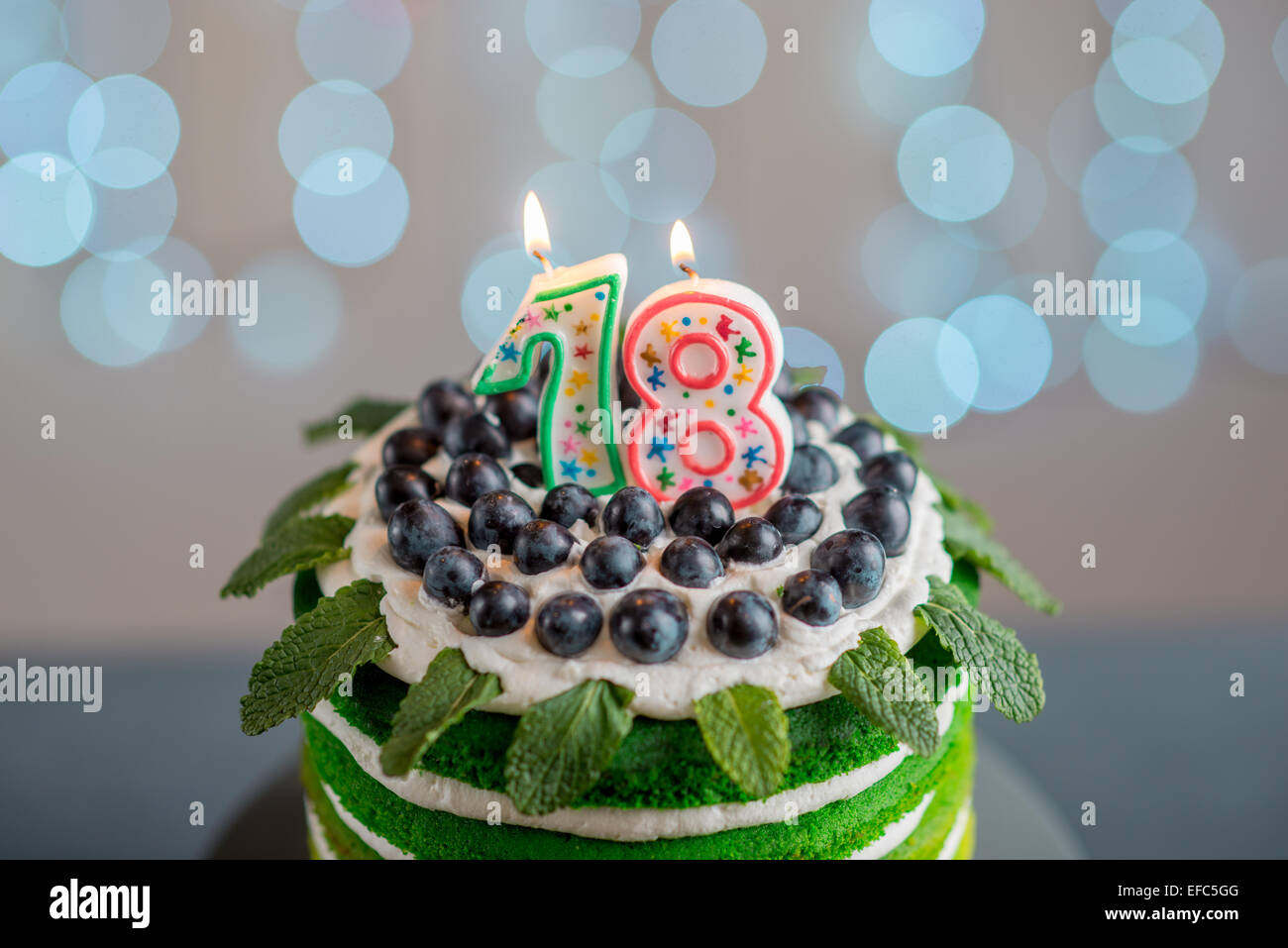 Schön alles Gute zum Geburtstagskuchen mit Mascarpone und Trauben auf die Tortenplatte mit Kerzen auf festlichen Stockbild