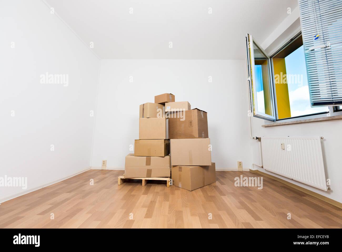 Kartons In Einer Leeren Wohnung. Umzug In Eine Neue Wohnung