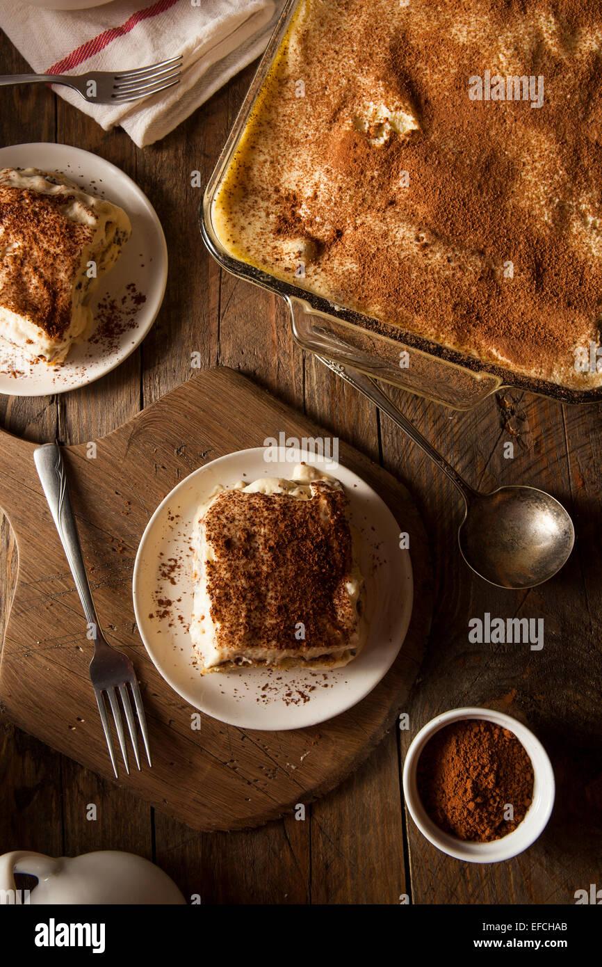 Hausgemachte Tiramisu zum Nachtisch mit Kaffee und Schokolade Stockbild