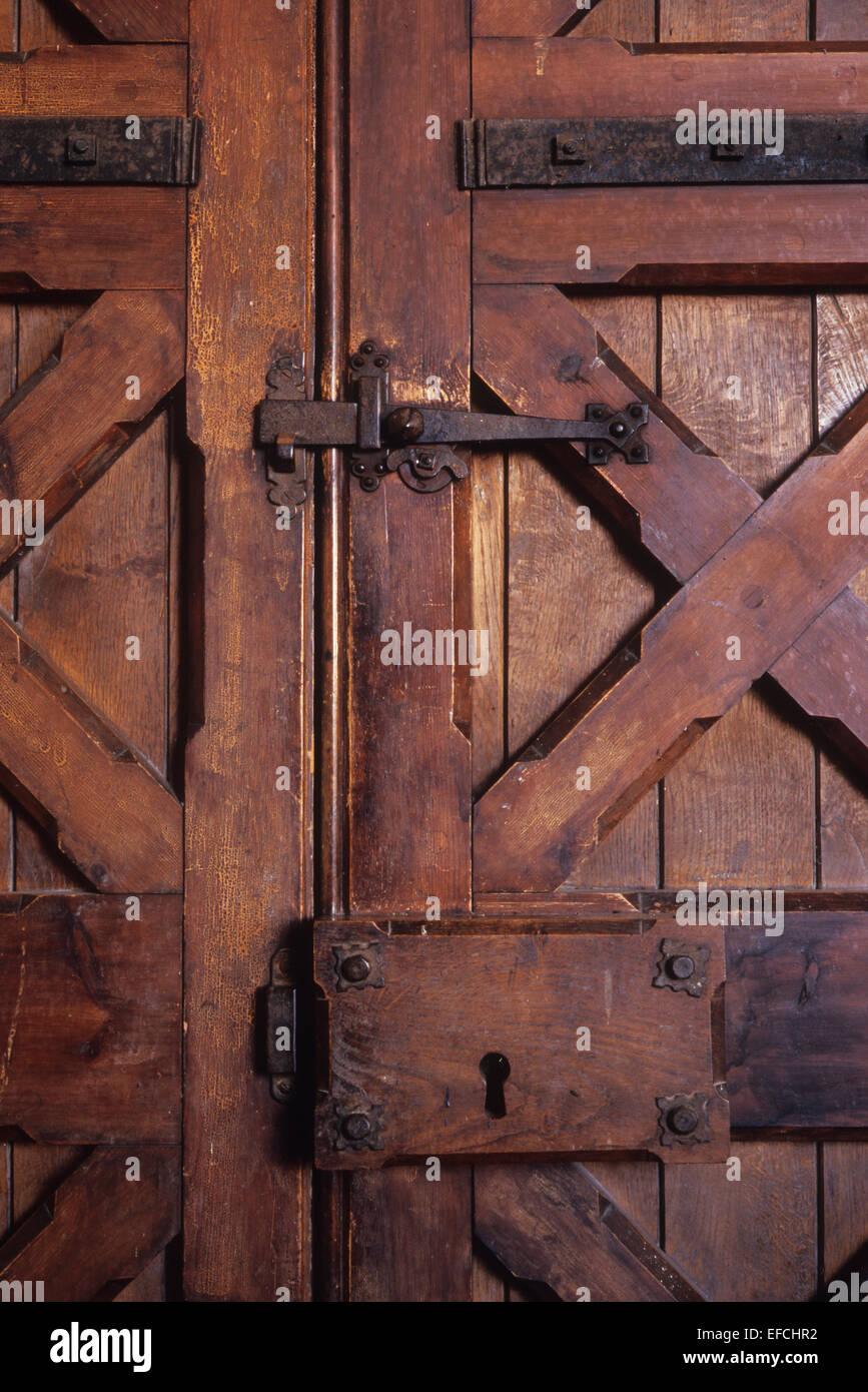 detail der schweren holztür mit metall riegel und scharniere und