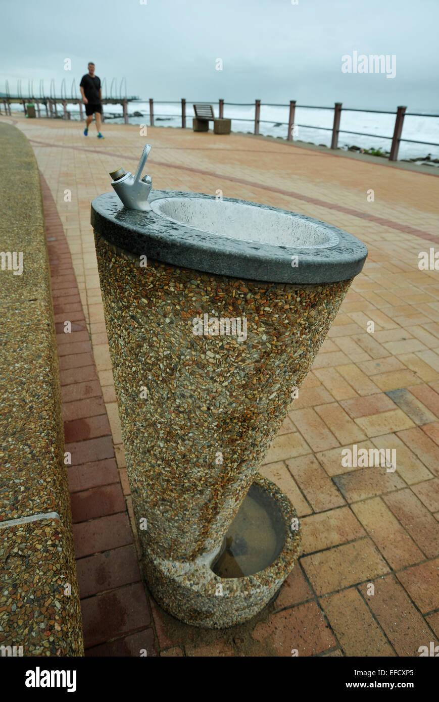 Mann zu Fuß in Richtung Öffentlichkeit Wasser trinken Brunnen auf ...