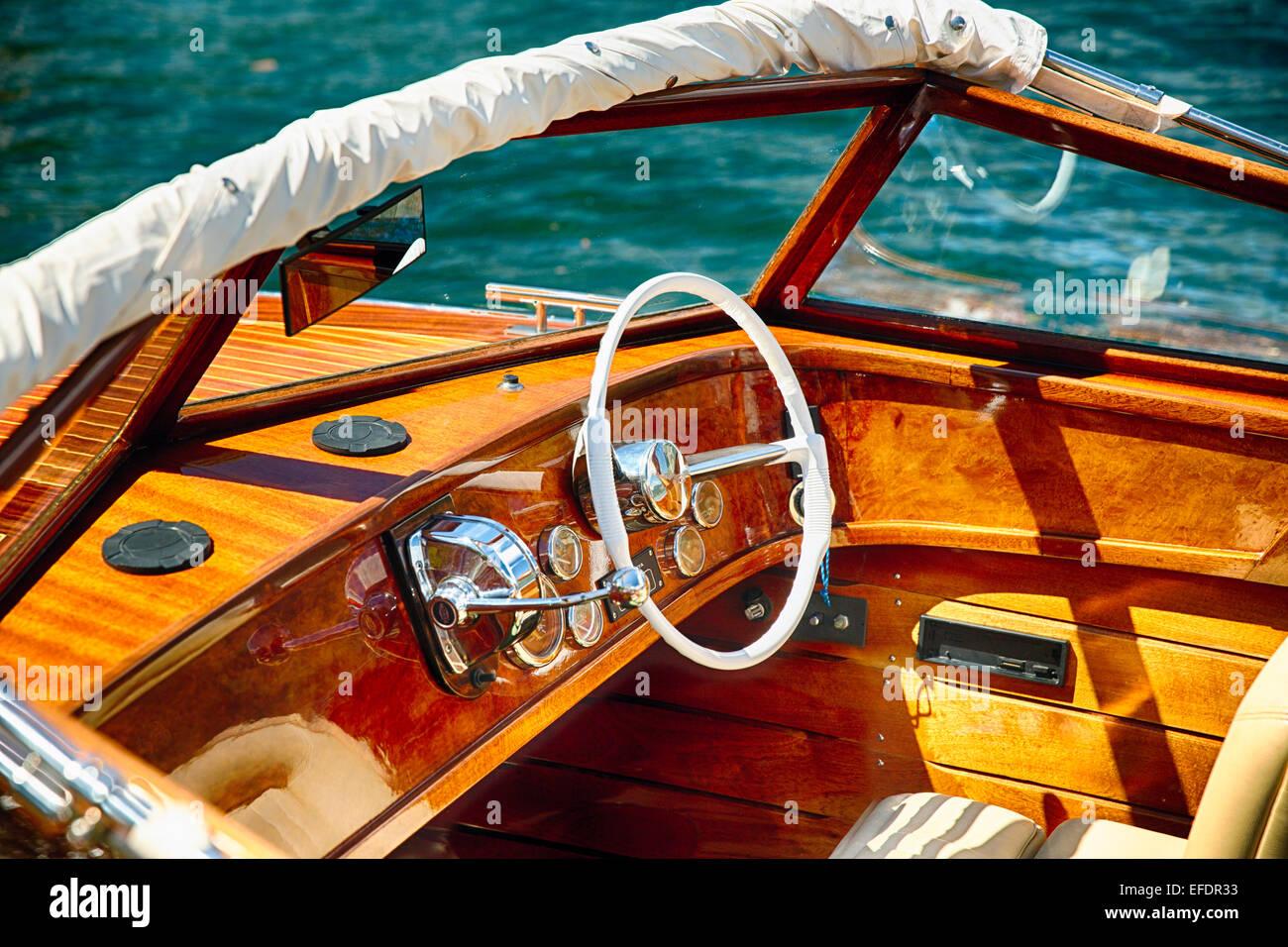 Klassisches Motorboot Lenkrad und Kontrollen, Comer See, Italien Stockbild