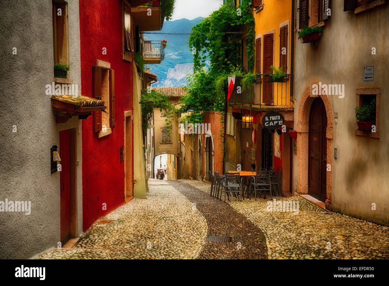 Bunte Straße in Malcesine, Gardasee, Lombardei, Italien Stockbild