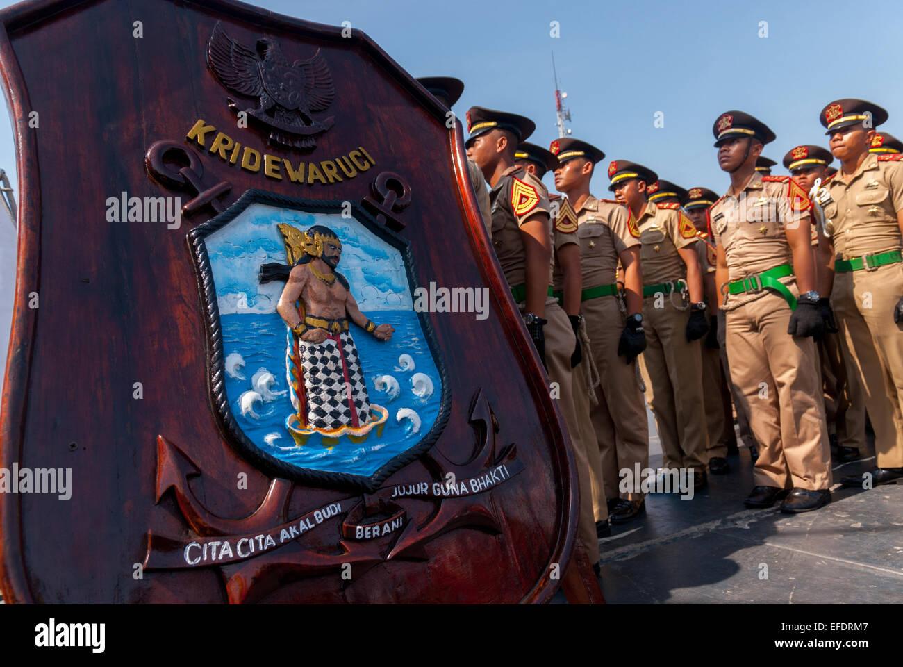 Indonesische Marine jüngstere Söhne, die Schlange vor dem letzten Segel von der ursprünglichen Dewaruci Stockbild