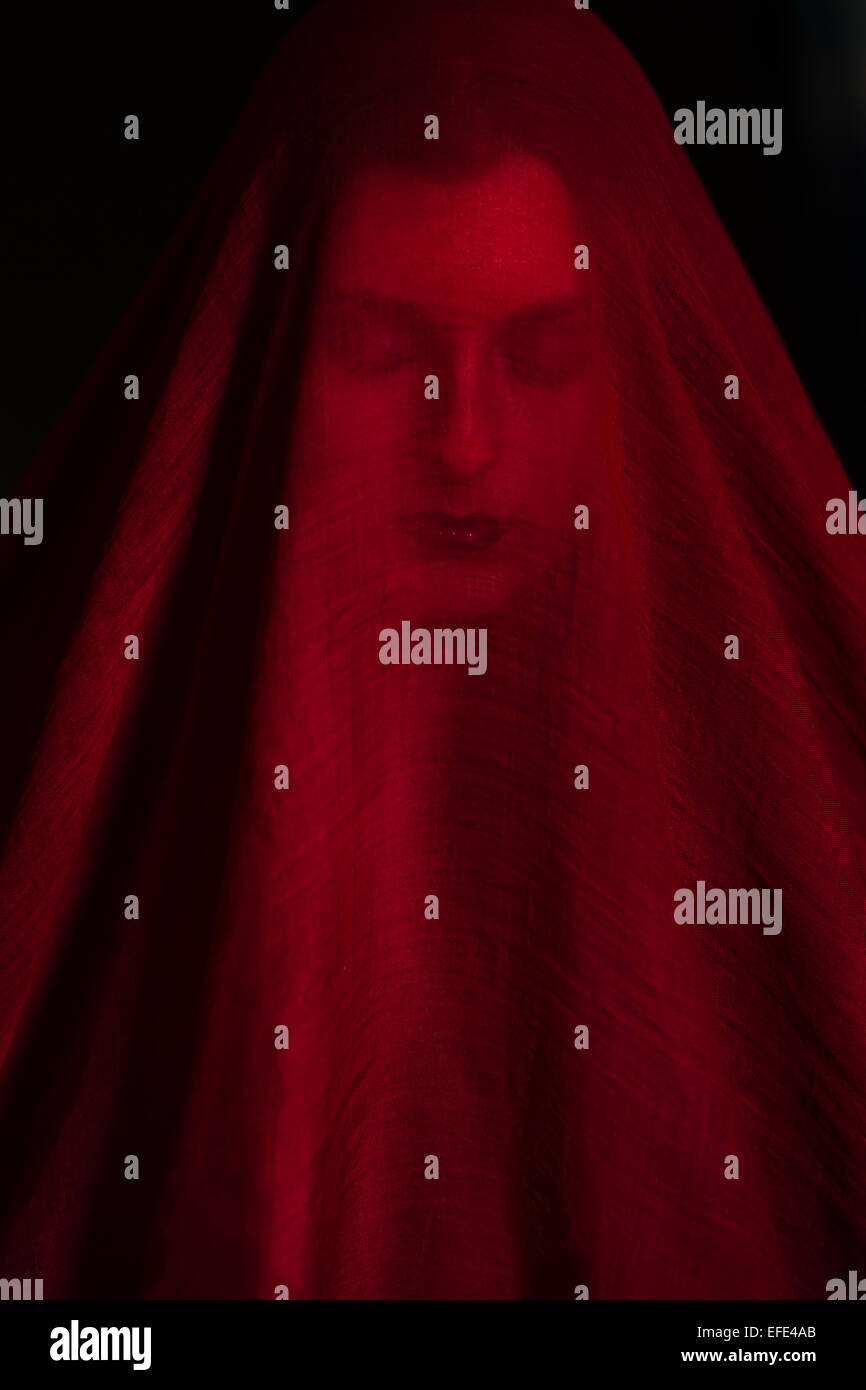Mädchen posiert mit rotem Tuch. Konzept, Abstraktion Stockfoto