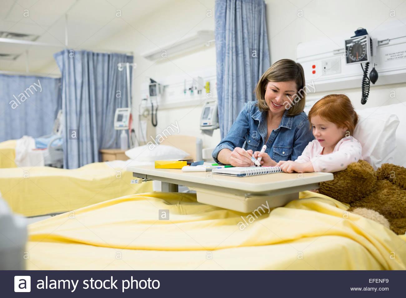 Mutter und Tochter im Krankenzimmer Färbung Stockbild