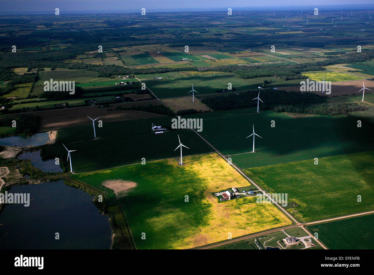 Windkraftanlagen unter Ackerland in der Saginaw Bay Area. Stockbild