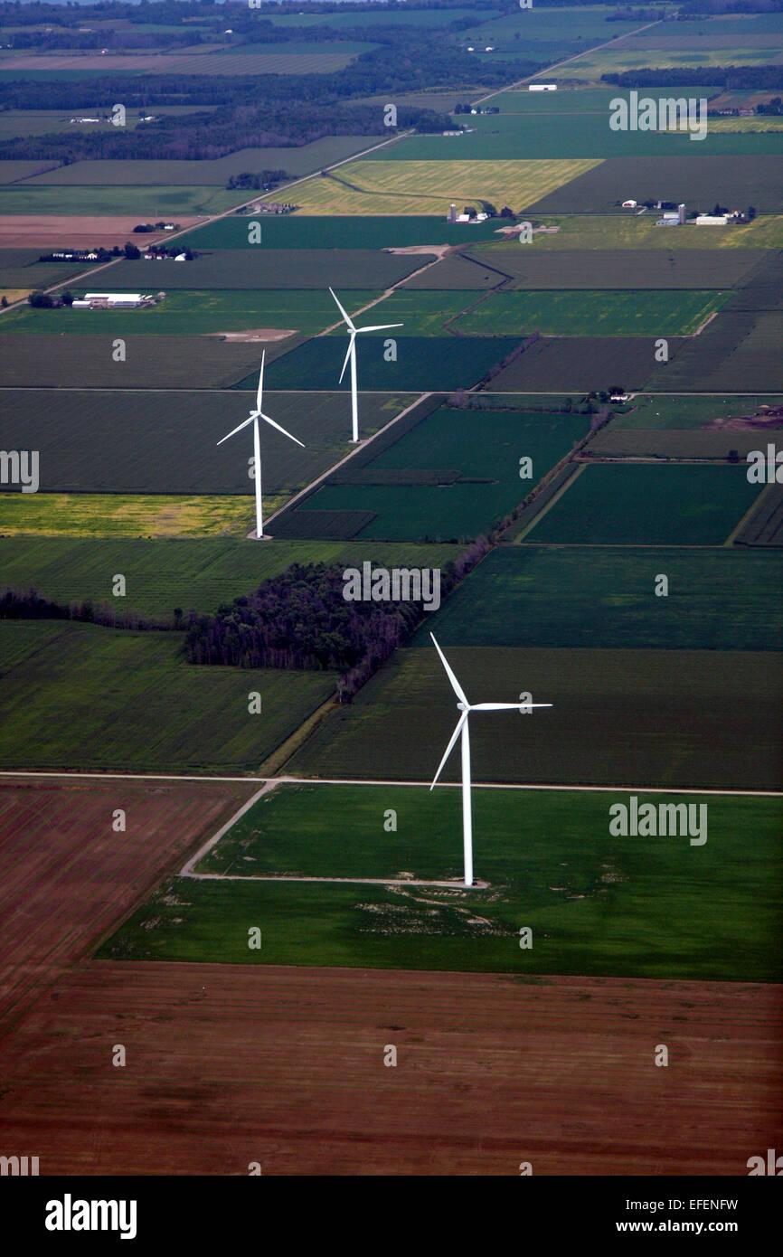 Windkraftanlagen unter Ackerland in der Saginaw Bay Area von Michigan. Stockbild