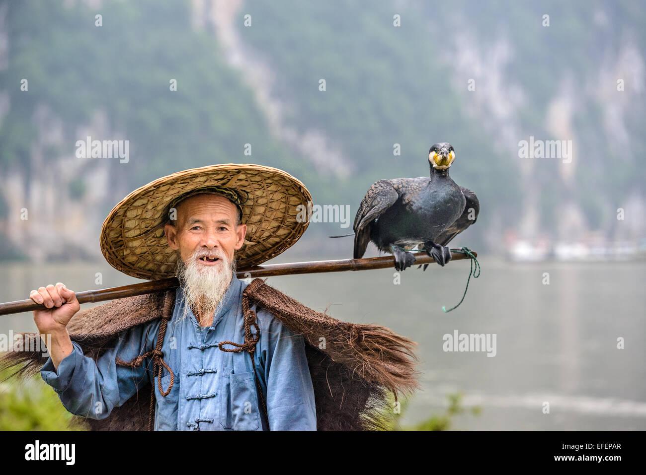 Kormoran Fischer und seinem Vogel auf dem Li-Fluss in Yangshuo, Guangxi, China. Stockbild