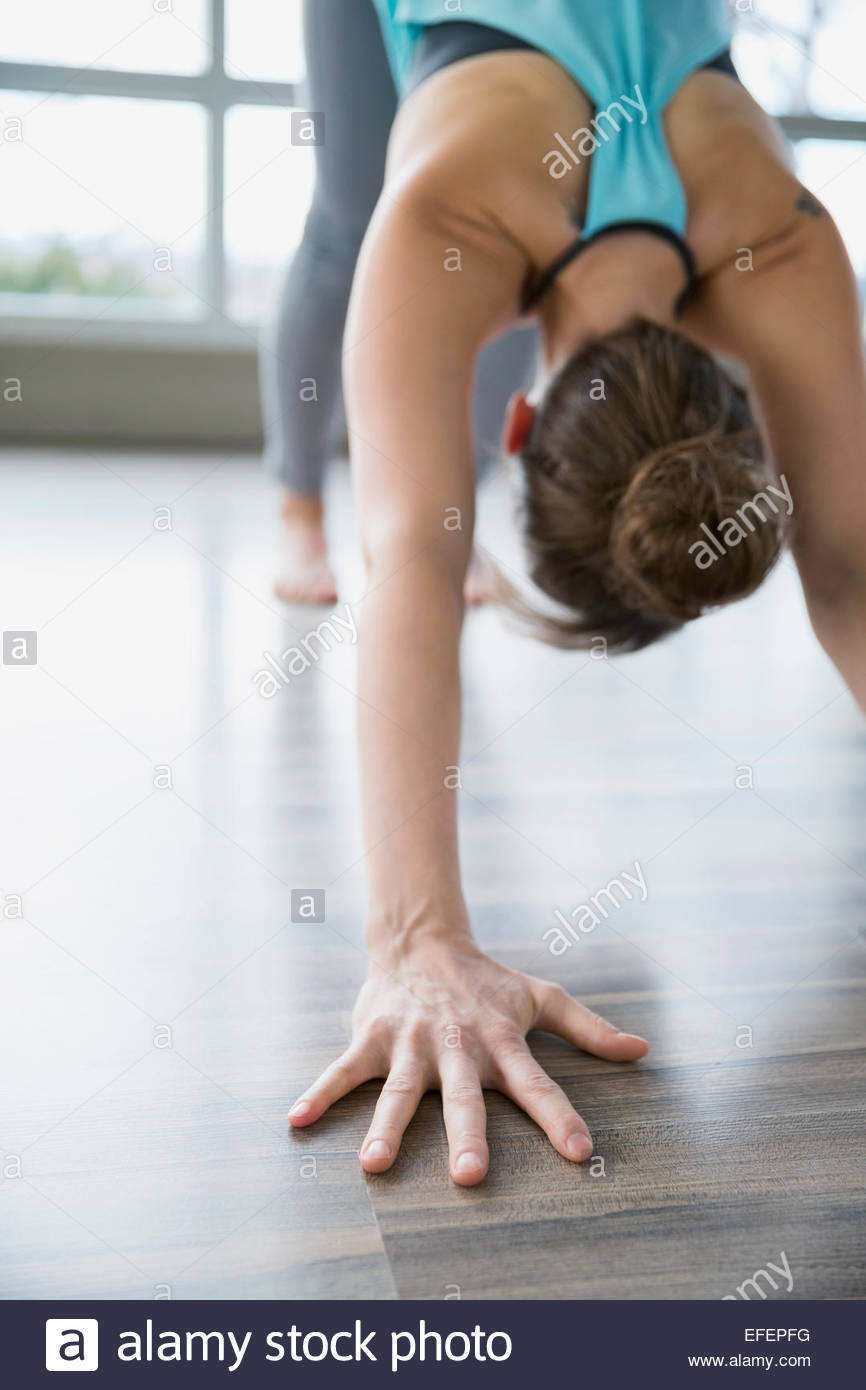 Frau praktizieren Yoga im abwärts gerichteten Hund-pose Stockbild