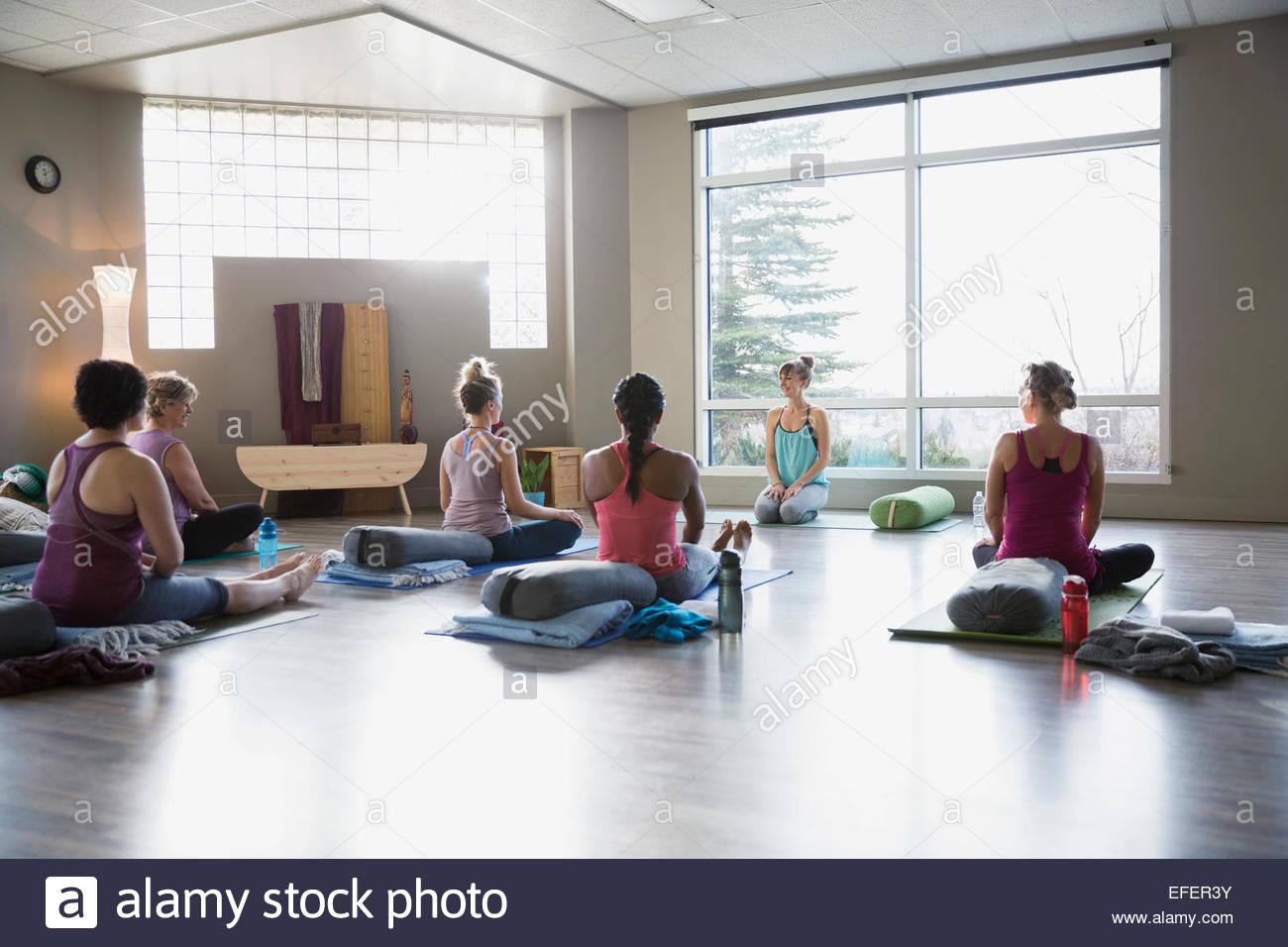 Frauen in Restoratives Yoga Klasse Atelier Stockbild