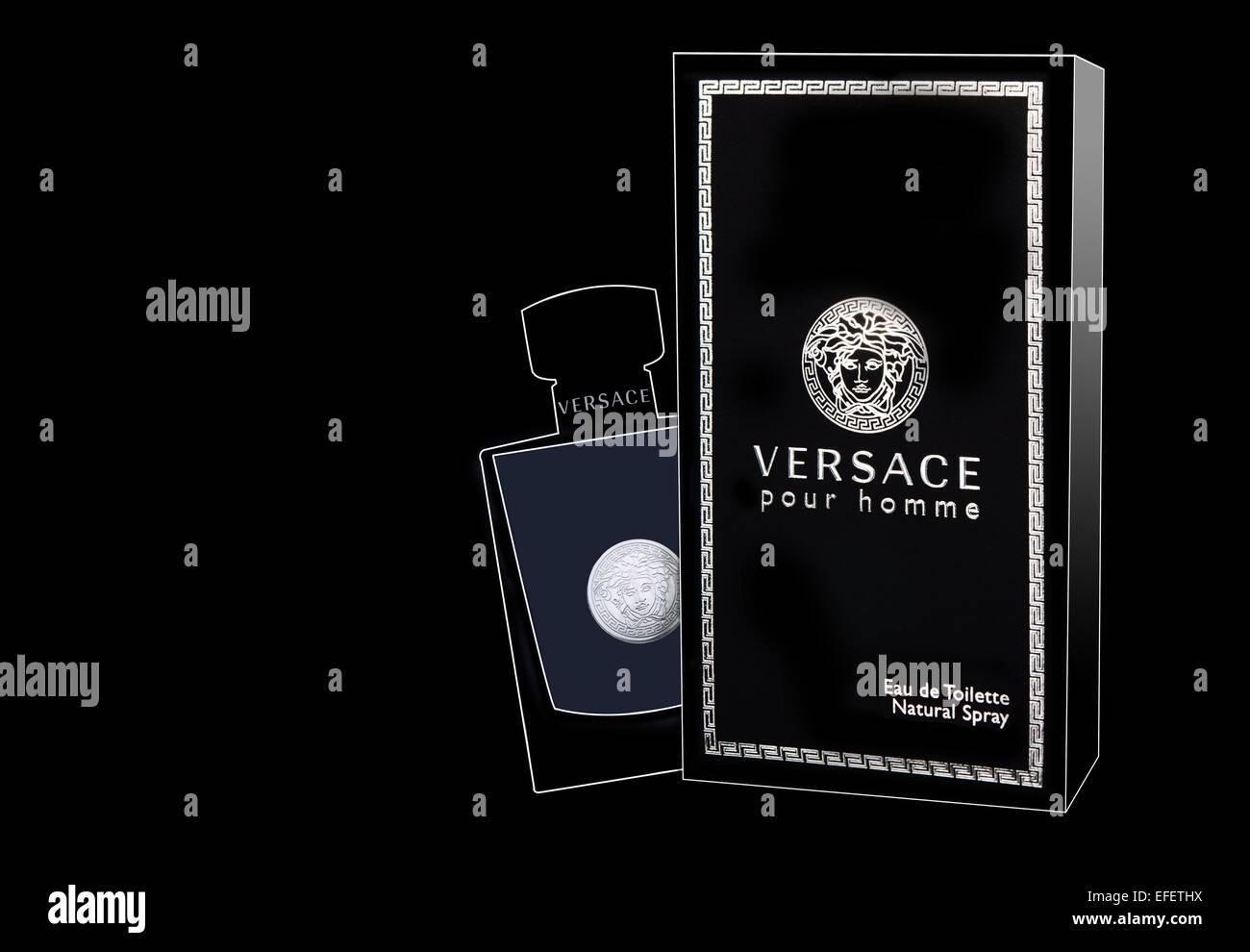 Versace Pour Homme dargelegt, Kasten und Flasche für die Produktfotografie auf schwarzem Hintergrund Stockbild