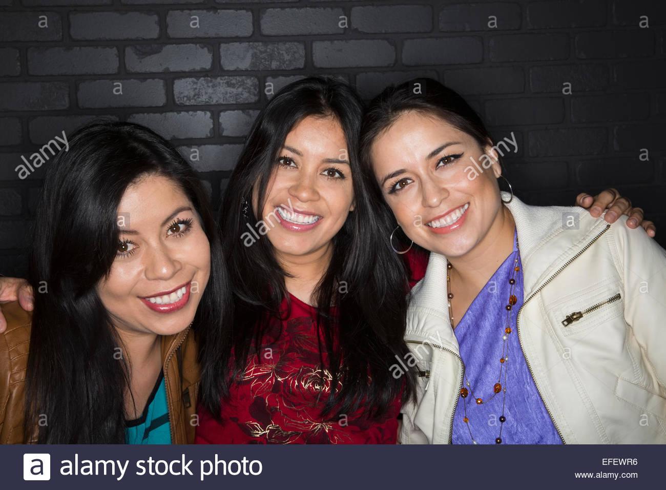 Porträt von lächelnden Schwestern umarmen Stockbild