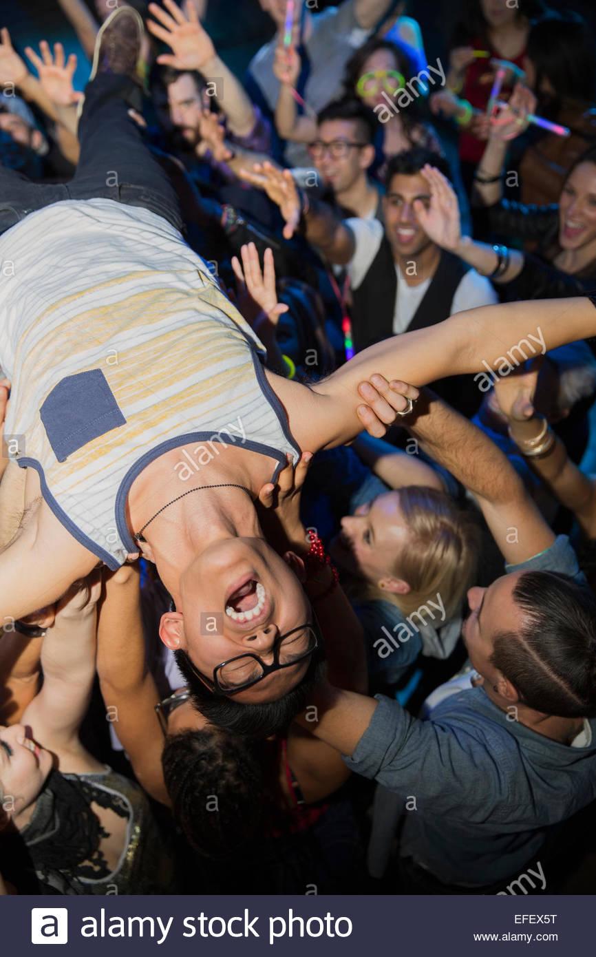 Begeisterte Menschen Crowdsurfen beim Konzert Stockbild