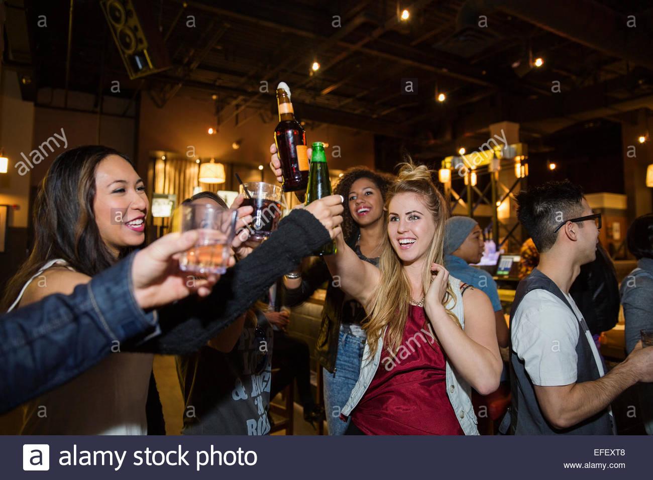 Freunde, toasten, Cocktails in der Bar Stockbild