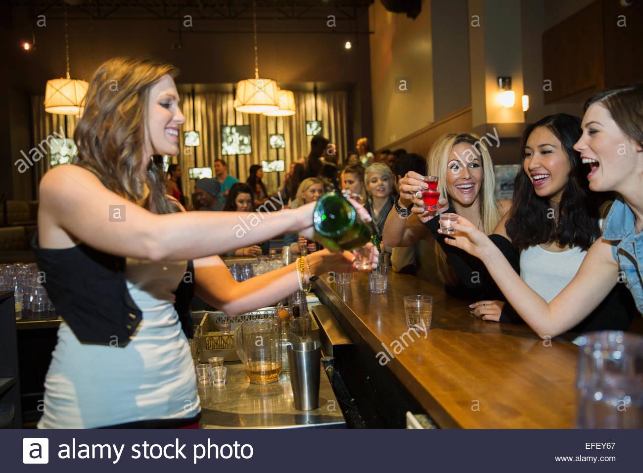 Barkeeper Gießen Aufnahmen für Frauen in Bar Stockbild