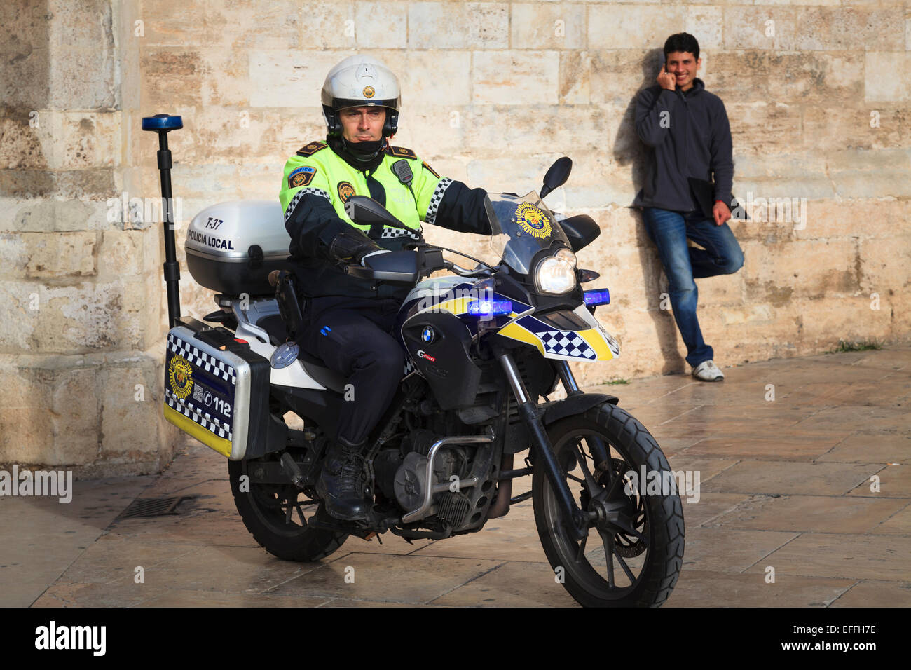 Spanischer Verkehr Polizei-Motorradfahrer in Fußgängerzone von Valencia Stockbild