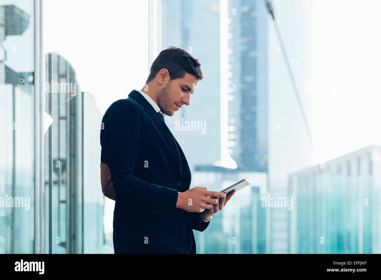 Geschäftsmann mit einem digitalen tablet Stockbild