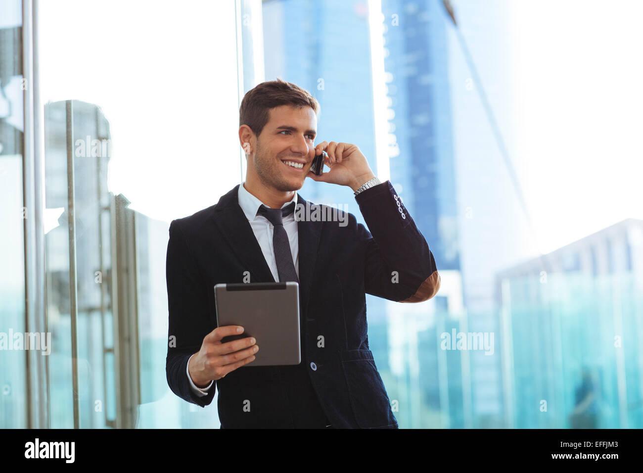 Unternehmer, die mit dem Handy telefonieren Stockbild